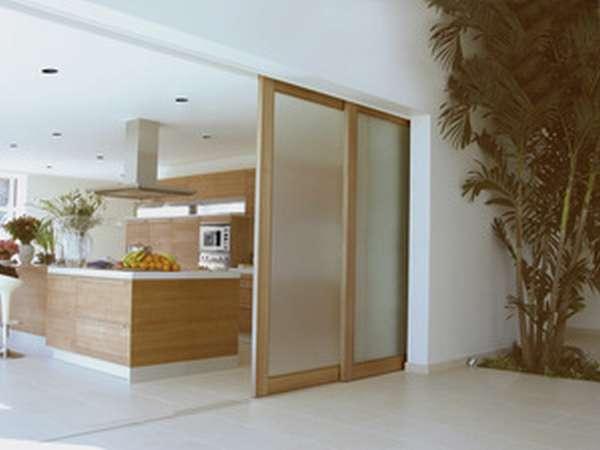 Двери между кухней и гостинной