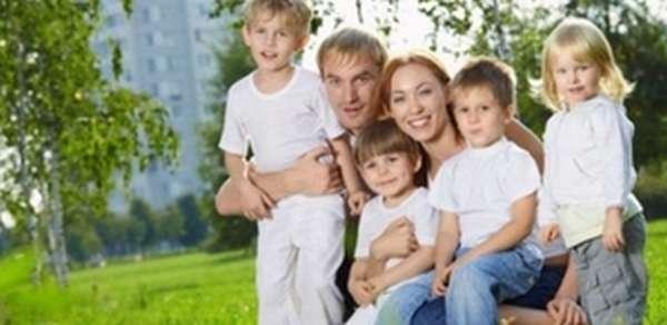 Многодетная семья на прогулке