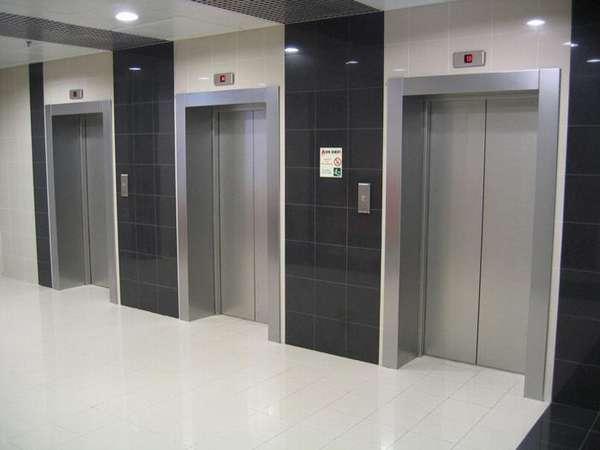 В новостройке лифт с людьми внутри остановили ловители | REALTY.TUT.BY